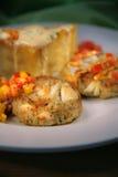 与蟹糕的开胃菜,奶油沙司,干酪 免版税图库摄影