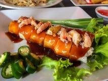 与蟹肉泰国样式的可口新鲜的春卷 免版税库存图片