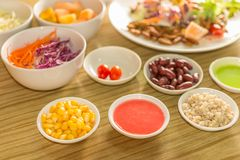 与蠕虫昆虫的新鲜蔬菜沙拉 库存图片