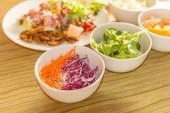 与蠕虫昆虫的新鲜蔬菜沙拉 库存照片