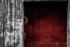 与血液墙壁和鬼魂手的可怕被放弃的大厦 库存图片
