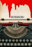 与血液的古色古香的打字机和纸板料 日历概念日期冷面万圣节愉快的藏品微型收割机说大镰刀身分 库存图片