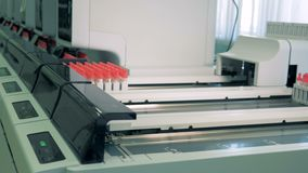 与血液的样品在被测试的机器线移动 FOT Automared医疗设备samle测试 股票视频