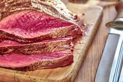 与血液的烤肉 做得好水多的牛排特写镜头 未完成的烤肉 木背景 选择聚焦 免版税库存照片