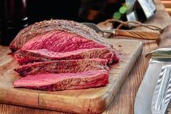 与血液的烤肉 做得好牛排特写镜头 木背景 图库摄影