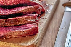 与血液的烤肉 做得好牛排特写镜头 未完成的烤肉 木背景 选择聚焦 库存图片