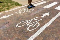 与行人穿越道和溜冰板者的自行车道 库存照片