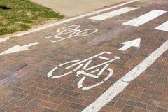 与行人穿越道的自行车道 库存照片
