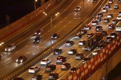 与行动汽车的夜交通在Zhivopisny桥梁 免版税图库摄影