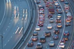 与行动汽车的Raffic在Zhivopisny桥梁 免版税库存照片