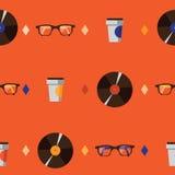 与行家玻璃、唱片和咖啡杯的无缝的样式在橙色明亮的背景 在moder得出的传染媒介例证 免版税库存照片