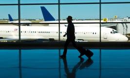 与行李和飞机的机场旅行 免版税库存图片