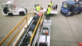 与行李的机场场面 股票视频