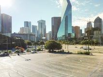 与街市达拉斯地平线的顶视图空置停车场在ba 图库摄影