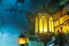 与街灯的万圣夜背景 库存照片