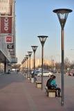 与街灯的步行区域在购物和enterta附近 免版税库存图片