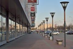 与街灯的步行区域在购物和enterta附近 免版税图库摄影