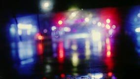 与街道五颜六色的红绿灯的雨下落在夜迷离bokeh摘要背景葡萄酒颜色口气,凉快的冷颤 影视素材