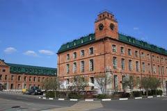 与街道时钟和喷泉的老红砖大厦 库存图片