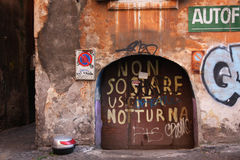 与街道画的意大利墙壁 库存图片