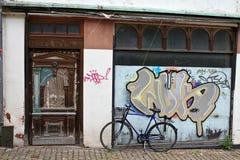 与街道画的老大厦 免版税图库摄影