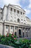 与街道的英格兰银行在前景 库存图片