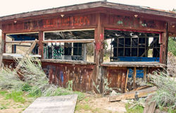 与街道画的被放弃的木大厦 免版税图库摄影