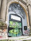 与街道画的被装饰的入口 库存图片