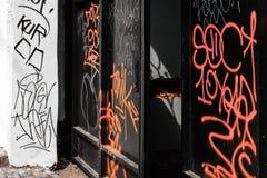 与街道画的黑金属门 库存照片