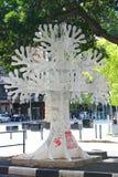与街道画,街市开普敦,南非的树雕塑 库存图片