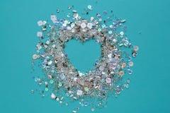 与衣服饰物之小金属片和小珠框架的蓝色背景  免版税库存图片