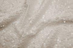 与衣服饰物之小金属片的长方形发光的白色织品 免版税库存照片