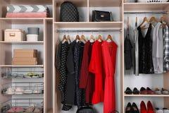 与衣裳、家庭材料和鞋子的大衣橱 库存图片