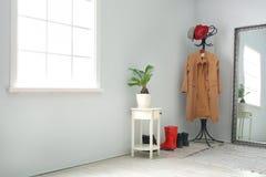 与衣裳的现代走廊内部 免版税库存图片