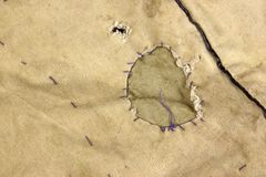 与补丁, Bac的被风化的军事军队卡其色的伪装织品 库存图片