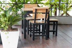 与表和椅子的空的咖啡大阳台 库存图片