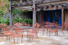 与表和椅子的露台设置 库存照片