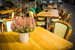 与表的葡萄酒古板的咖啡馆椅子在哥本哈根, Denm 免版税库存照片