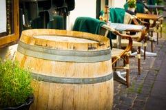 与表的葡萄酒古板的咖啡馆椅子在哥本哈根 免版税库存照片