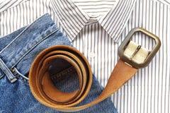与衬衣和传送带的蓝色牛仔布斜纹布 库存图片