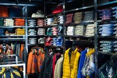 与衬衣的时兴的服装店 库存照片