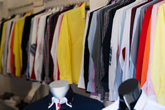 与衬衣的时兴的服装店 免版税库存图片