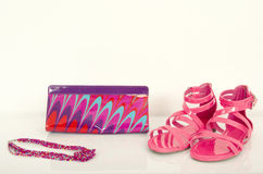 与袋子和首饰的夏天桃红色凉鞋 图库摄影