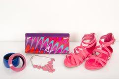与袋子和首饰的夏天桃红色凉鞋 免版税库存图片