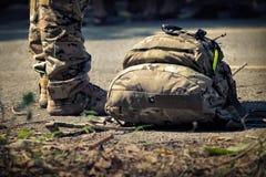 与袋子的战士立场 军队,特攻队军事起动线  库存照片