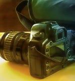 与袋子的照相机 免版税库存图片