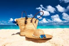 与袋子的美丽的海滩在塞舌尔群岛 免版税库存照片