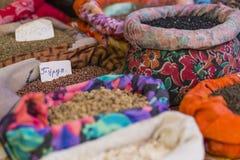 与袋子的美好的生动的东方市场有很多各种各样的香料 库存照片