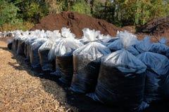与袋子的腐土堆腐土 图库摄影