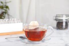 与袋子的酿造茶在杯子 免版税图库摄影